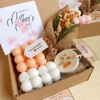 Box cadeau pour la fête des mères (bouquet de fleur, carte fête des mères, une bougie bubble et deux mini bougies bubble parfumés, un Galet de cire parfumé)'s image