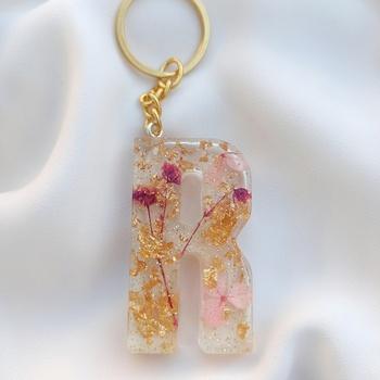 Porte-clé personnalisé en résine et fleurs séchées + feuilles dorées fait main par Soft Crafts lettre R's image