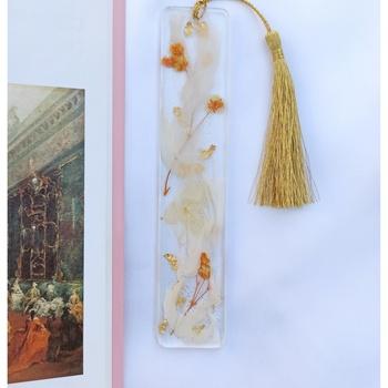 Marque page en résine avec fleurs séchées et feuille d'or fait main par Soft Crafts  ✨'s image