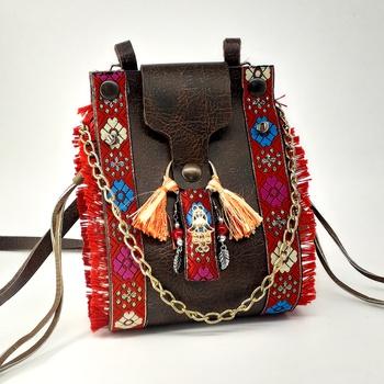 Petit sac en similicuir avec tissus décoratifs sur les côtés fait main par Somka, dimension 19x13cm couleur rouge  حقيبة بحجم صغير لون أحمر صناعة حرفية يدوية's image