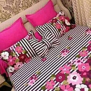 Parure de draps (Draps plat, Draps housse,2 Taies d'oreiller et 2 petit,) fait main couleur grise  et rose's image