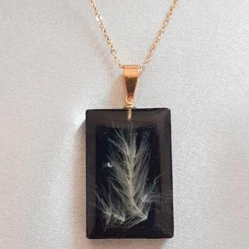 Collier avec pendentif en résine forme rectangulaire couleur noire's image