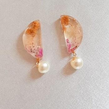 Duo collier et boucles d'oreille en résine et fleurs séchées's image