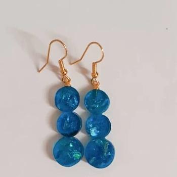 Collier avec boucles d'oreille en  faux opale couleur bleue's image