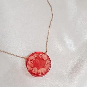 Collier avec pendentif en résine forme ronde couleur rouge's image
