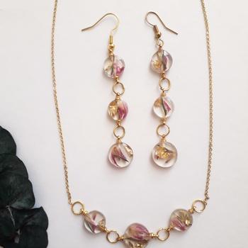 Parure de collier avec  boucles d'oreilles en résine et fleurs naturelles séchées طقم تاتيانا's image