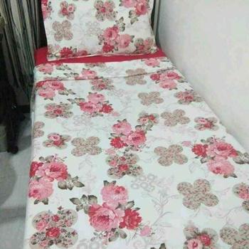 Parure de draps fleurie une place et demie avec 3 pièces drap housse, drap plat, taie d'oreillers's image