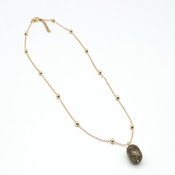 Collier avec un pendentif couleur verte et une chaine dorée fait main par Créanna Bijoux  قلادة باللون لأخضر صناعة حرفية يدوية's image
