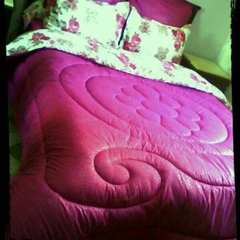 Parure de Couette 2 place 6 pièces,4 coussin , drap housse et la couette avec lawatte de qualité couleur rose foncée's image