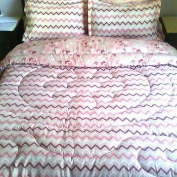 Parure Couette deux places, 6 pièces 4 coussin , drap housse , la couette couleur rose claire's image