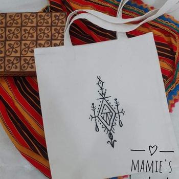 Tote bag  brodé à la main par Mamie's handmade's image