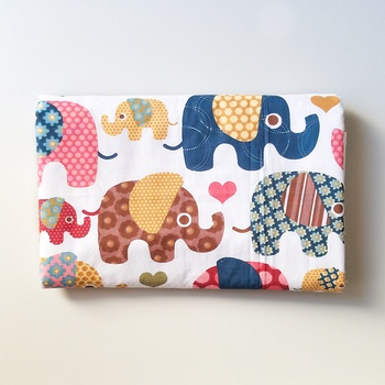 Tapis à langer thème « éléphant » imperméable dimensions 80cm sur 50cm fait main par Tamarie Coutu صناعة حرفية يدوية's image